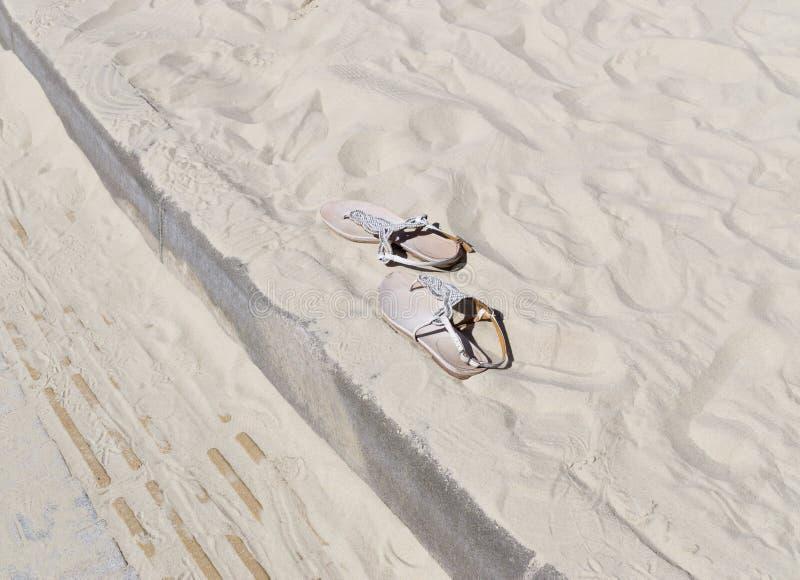 Sandálias na areia imagem de stock royalty free