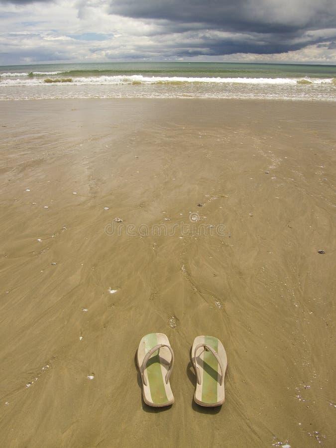 Sandálias na praia foto de stock