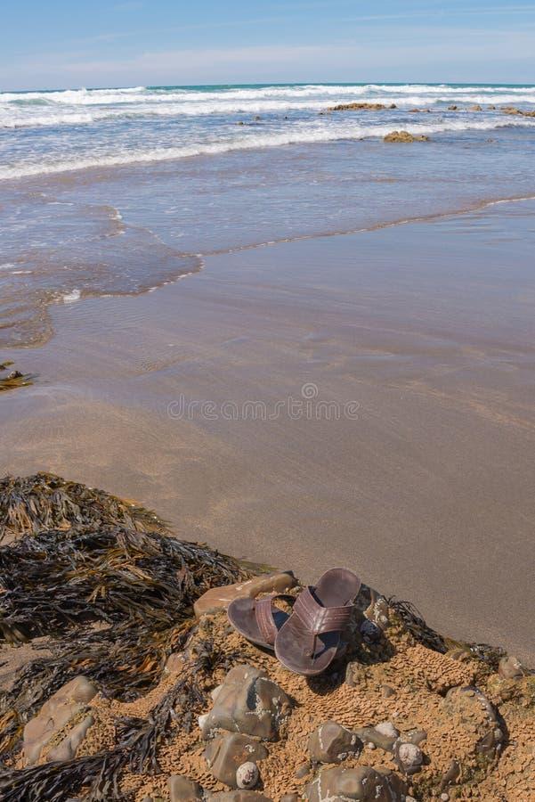 Sandálias nas rochas imagem de stock royalty free