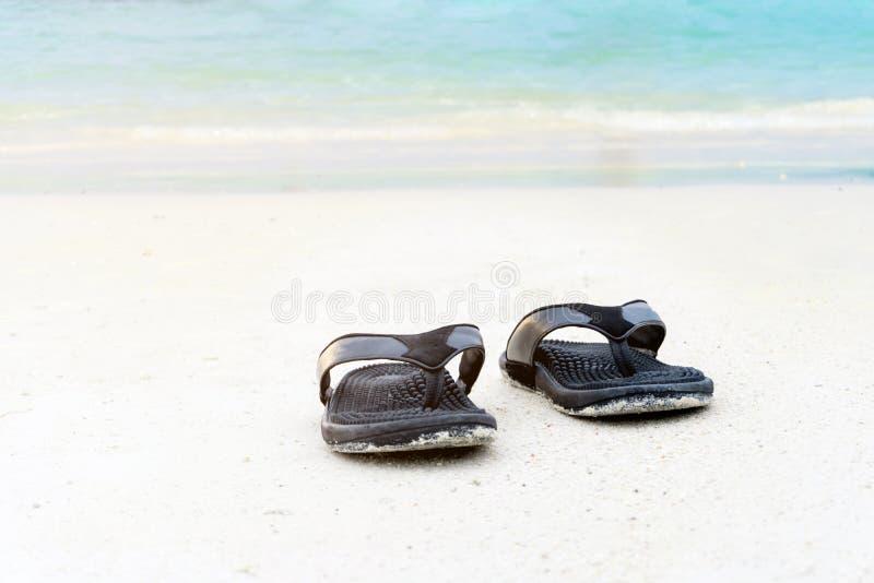 Sandálias no conceito do verão do Sandy Beach imagens de stock royalty free