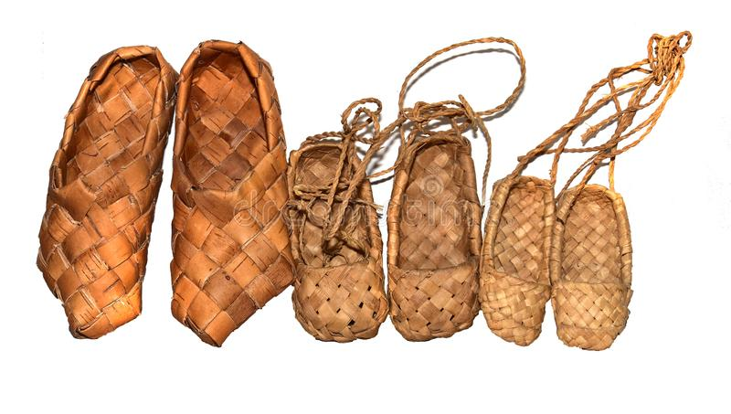 sandálias tecidas madeira do vidoeiro da sapatilha para o desgaste diário na vila em um fundo de madeira fotos de stock