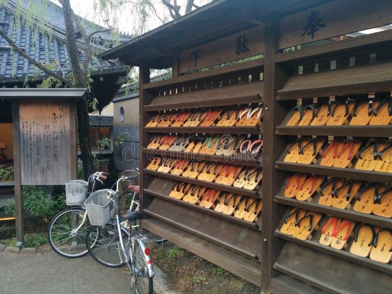 Sandálias tradicionais do Geta do japonês na exposição imagens de stock