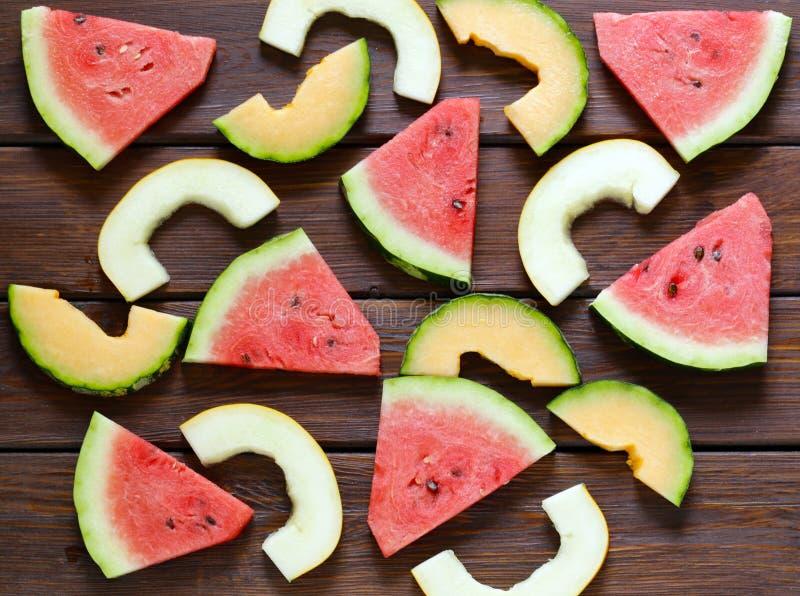 Sandía de la fruta, cantalupo del melón y uvas orgánicos maduros en una tabla de madera foto de archivo libre de regalías