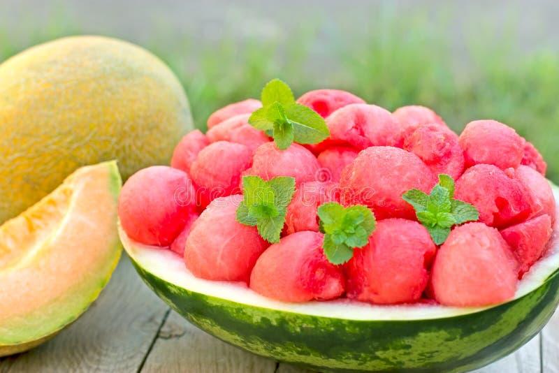 Sandía orgánica fresca (melón) y cantalupo imagen de archivo