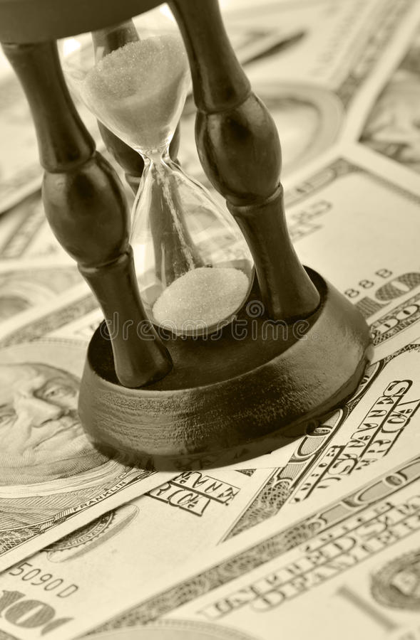 Sand-Glas auf Dollarblauton stockfoto