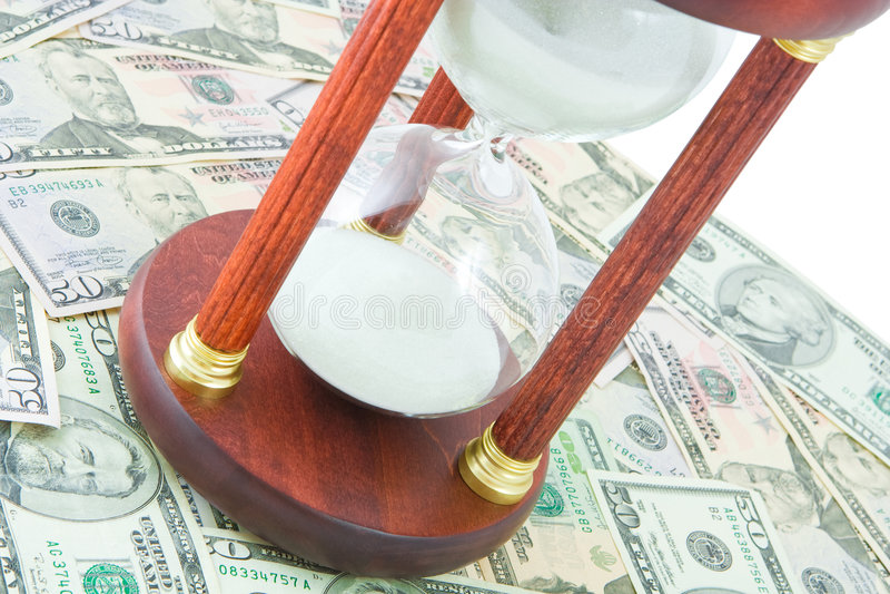 Sand-Glas auf einem Dollarhintergrund stockfoto