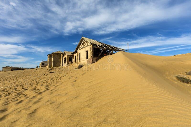 Sand och himmel på Kolmanskop royaltyfri bild