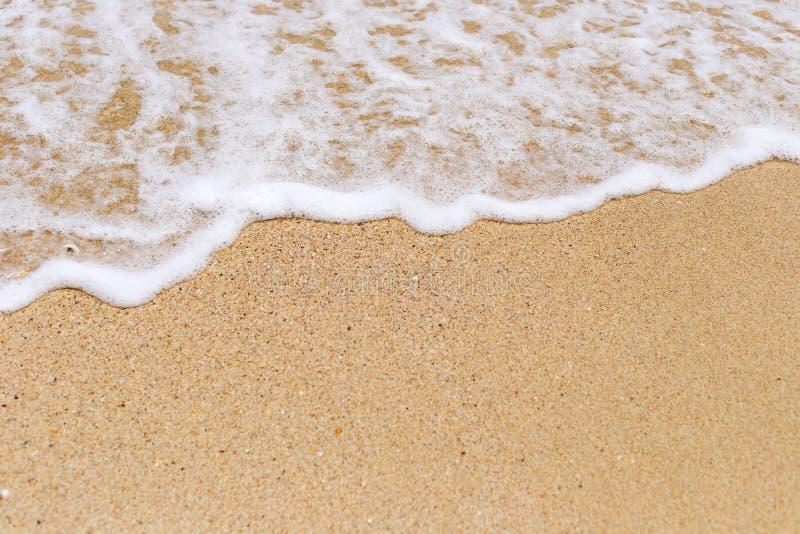 Sand- och vitskum från våg royaltyfria bilder