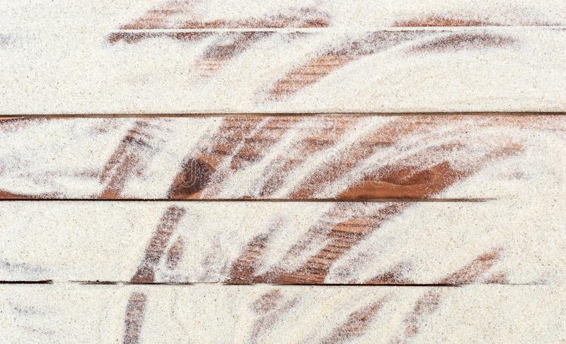 Sand p? tr?plankorna arkivfoto