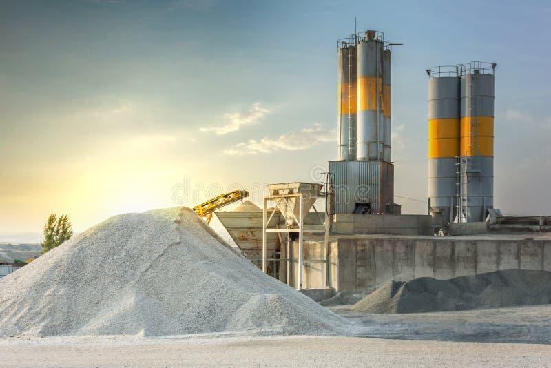 Sand som bestämms till tillverkningen av cement i ett villebråd arkivfoton