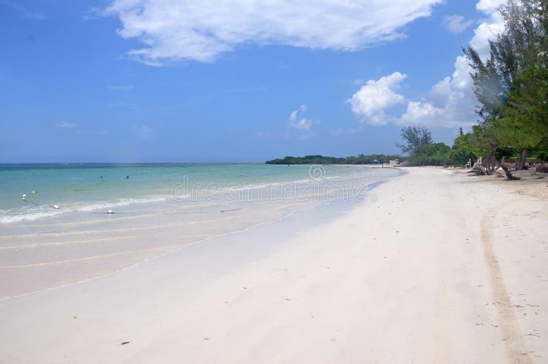 Sand-Strandansicht der weißen Bucht weiße in Jamaika stockbilder