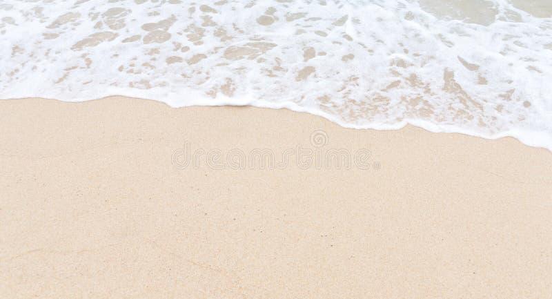 Sand stranden och vinka royaltyfri foto