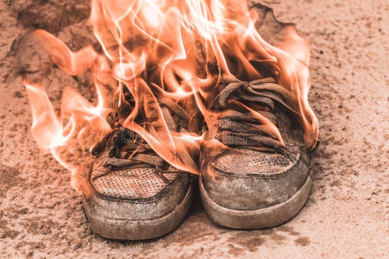 ??sand.summer?? 运动鞋是非常老烧伤开火 r 免版税图库摄影