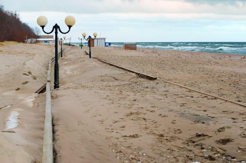 Sand-t?ckt promenad, havspromenad efter storm royaltyfri fotografi