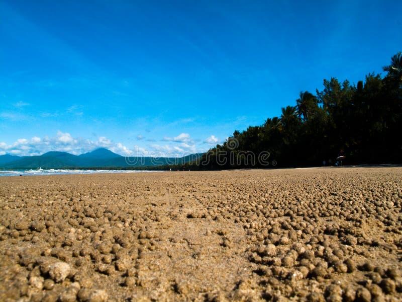 Sand-Trinkwasserbrunnen-Krabben-Bälle stockfotografie