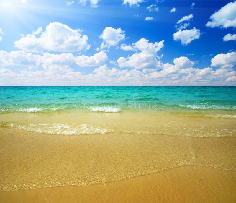 Download Sand und Ozean stockbild. Bild von wolke, hitze, eden - 9093973