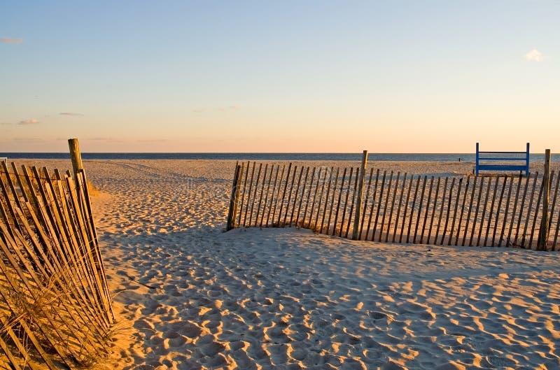 Sand-Zäune am Strand lizenzfreies stockfoto