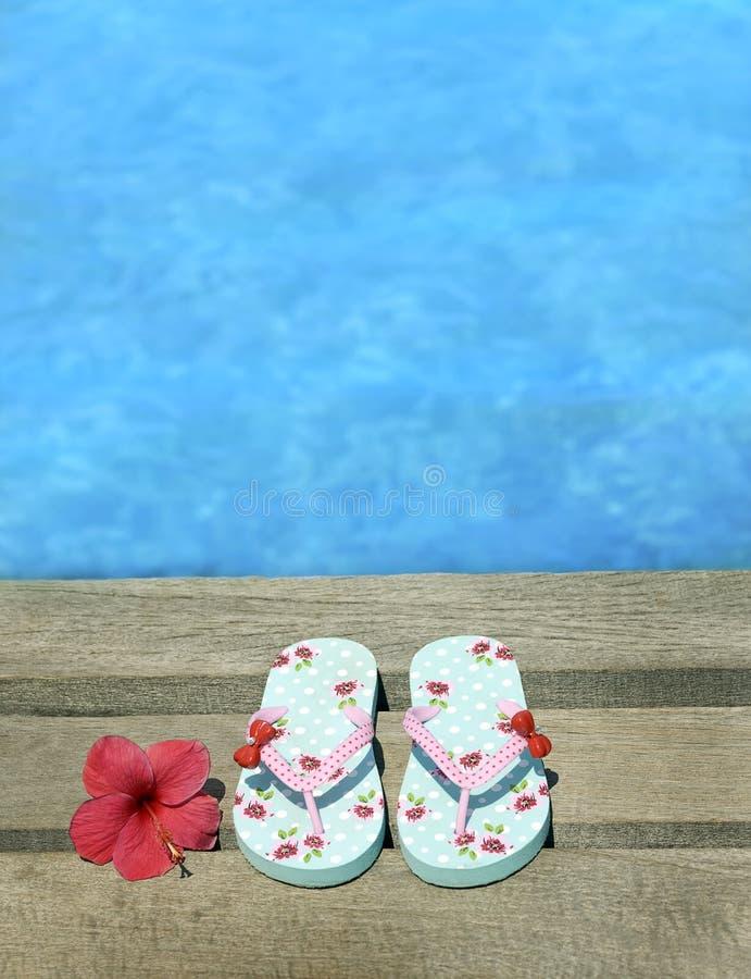Sandały na drewnianej podłoga zdjęcia royalty free