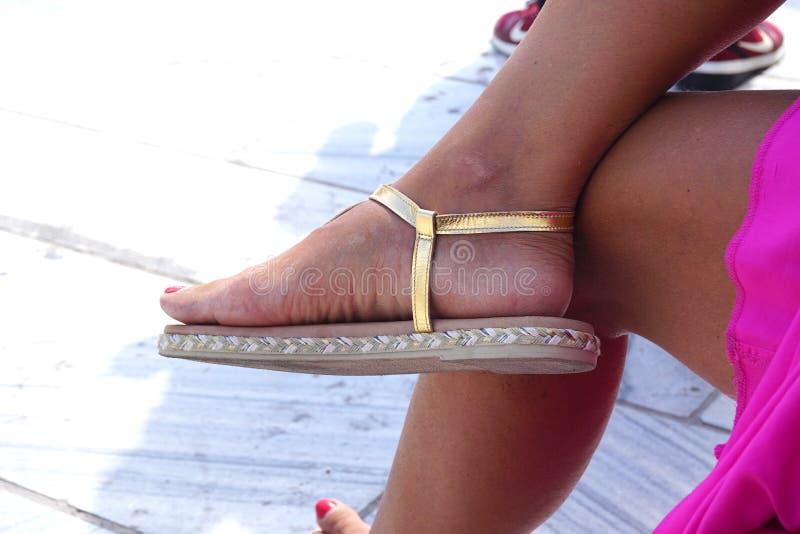 Sandal av en kvinna på ferie i Oia arkivfoto