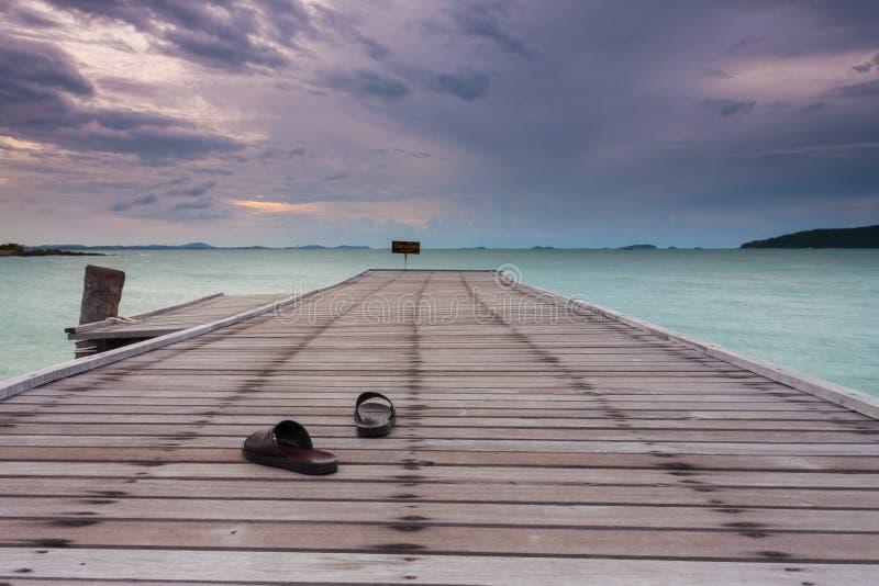 Sandal på en bro fotografering för bildbyråer