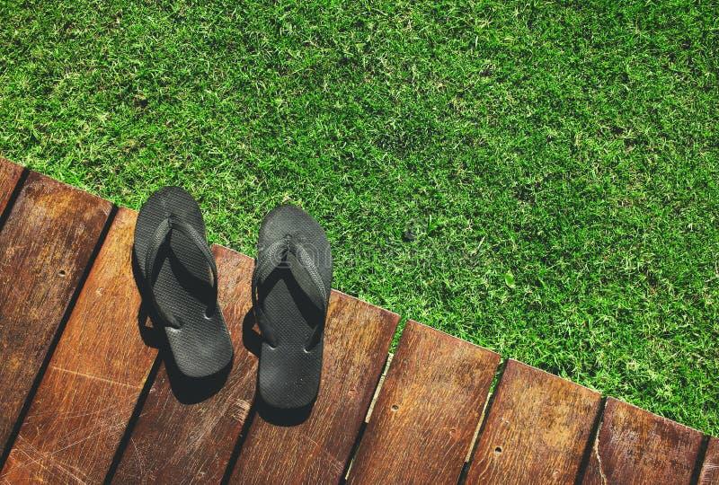 Sandal på trä och gräs arkivbilder