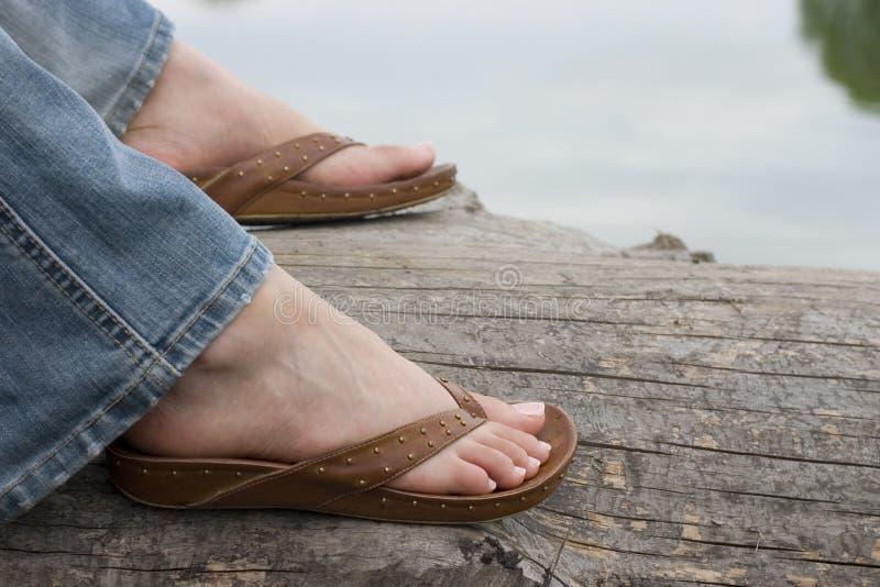 Sandaled Füße stockbilder