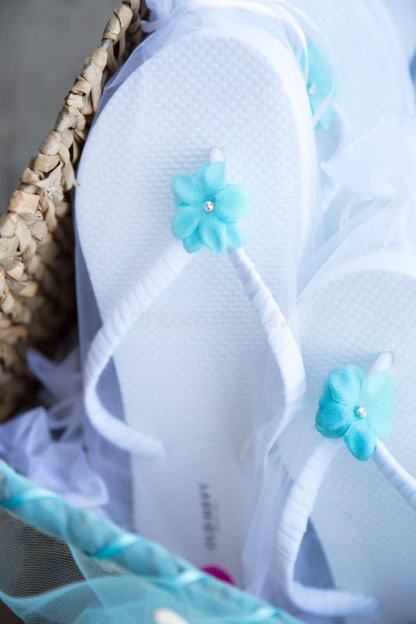 Sandalen mit Blume im Korb lizenzfreie stockfotografie