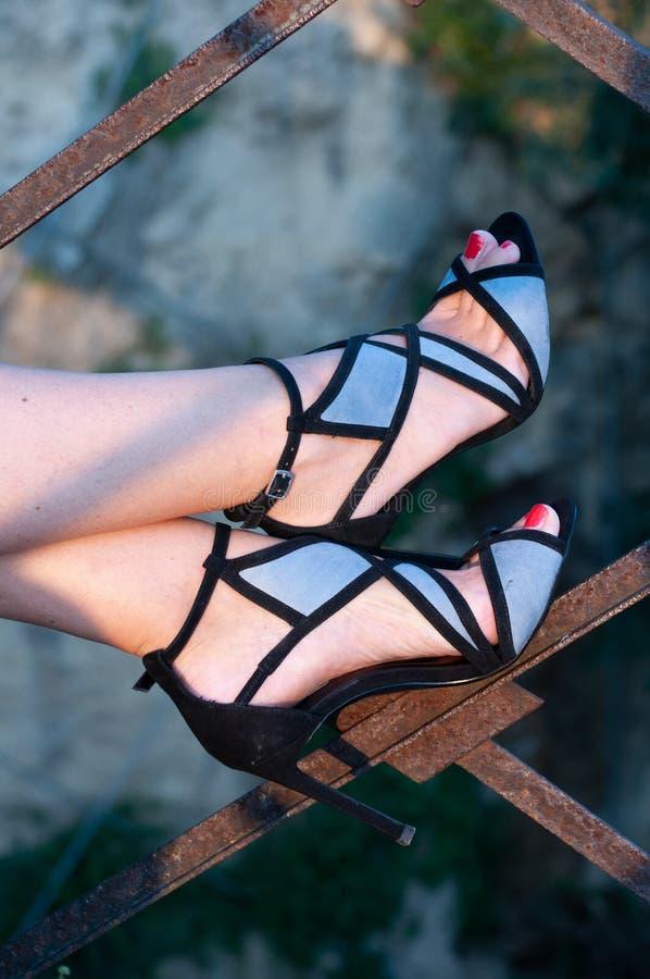 Sandaler för kvinna` s med häl 12 arkivfoto
