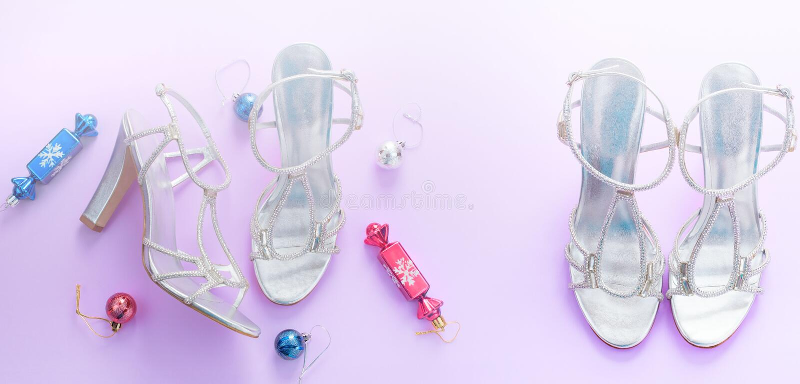 Sandaler för snöflinga för pilbåge för band för gåva för ask för dekorativ för bakgrund för baner rosa för jul lägenhet för samma royaltyfri foto