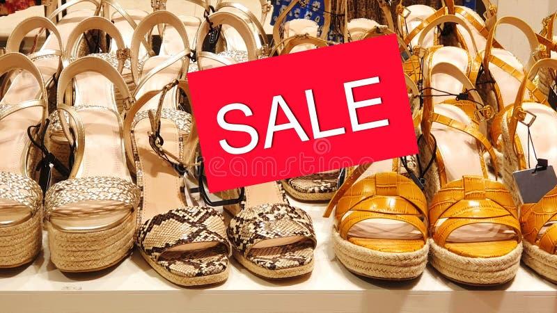 Sandaler för sommar för sandal för skor för kläder för Sale banerkvinnor på för stor tillbehör för kläder för mode för rabatt för royaltyfri foto
