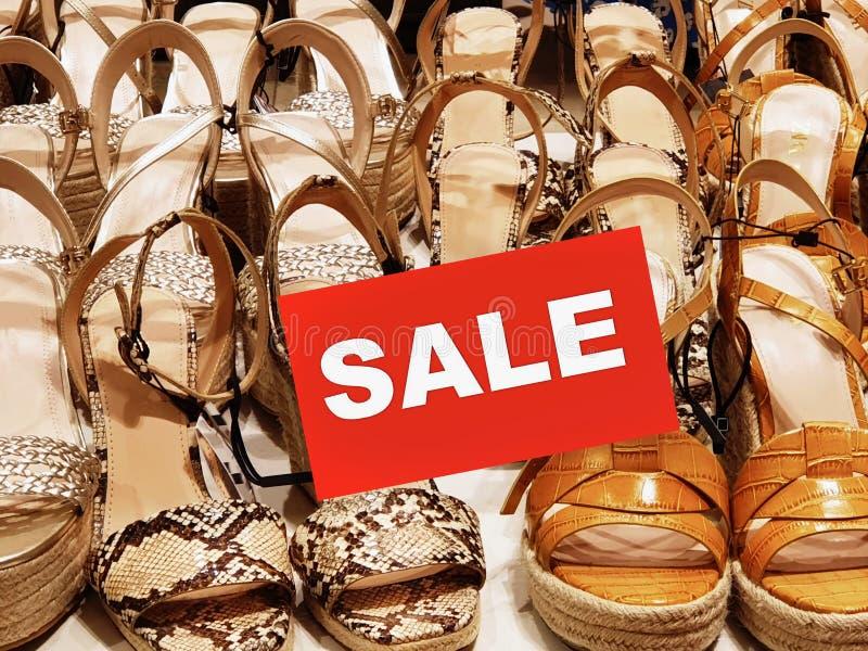 Sandaler för sommar för sandal för skor för kläder för Sale banerkvinnor på för stor tillbehör för kläder för mode för rabatt för royaltyfri bild