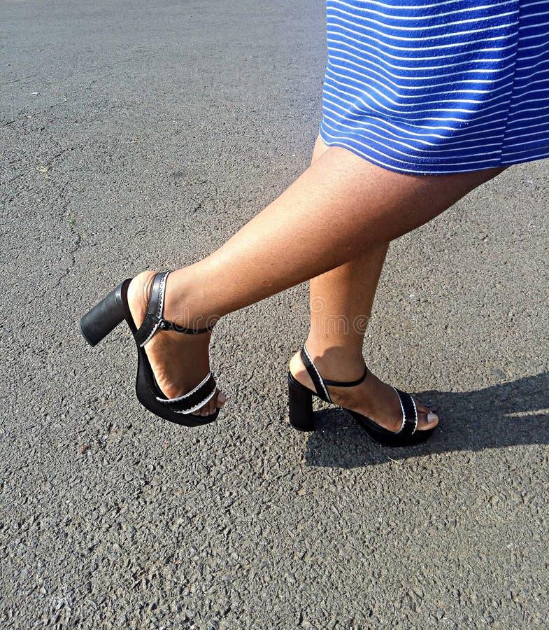 Sandales de noir du ` s de Madame avec les bandes argentées photos stock