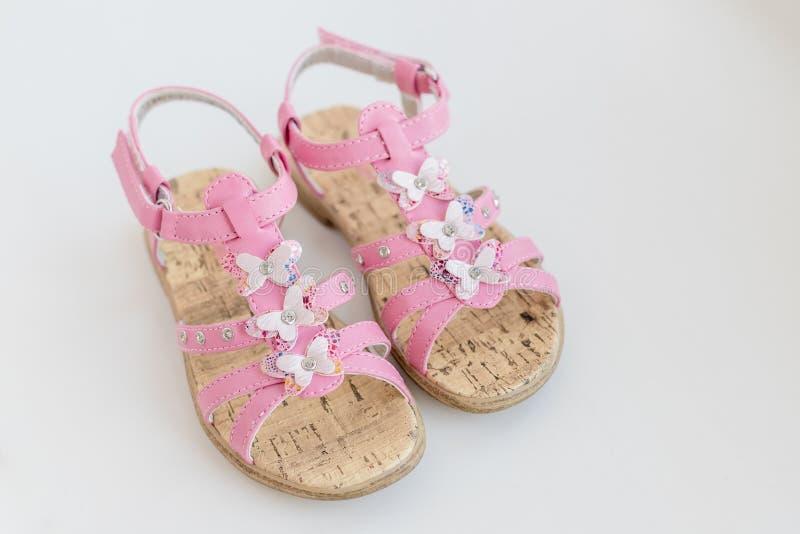 Sandales roses d'été de bébé avec le papillon d'isolement sur un fond blanc Chaussures confortables à la mode pour l'été images libres de droits