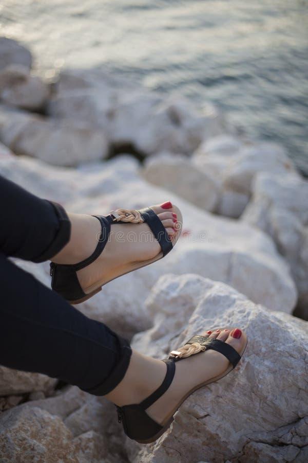 Sandali delle giovani donne fotografia stock