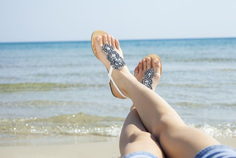 Sandali delle giovani donne fotografie stock libere da diritti