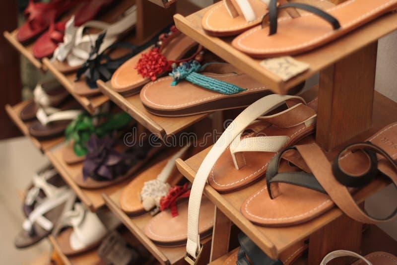 Sandali di cuoio fatti a mano artigianali sulla vendita, Puglia, Italia immagine stock