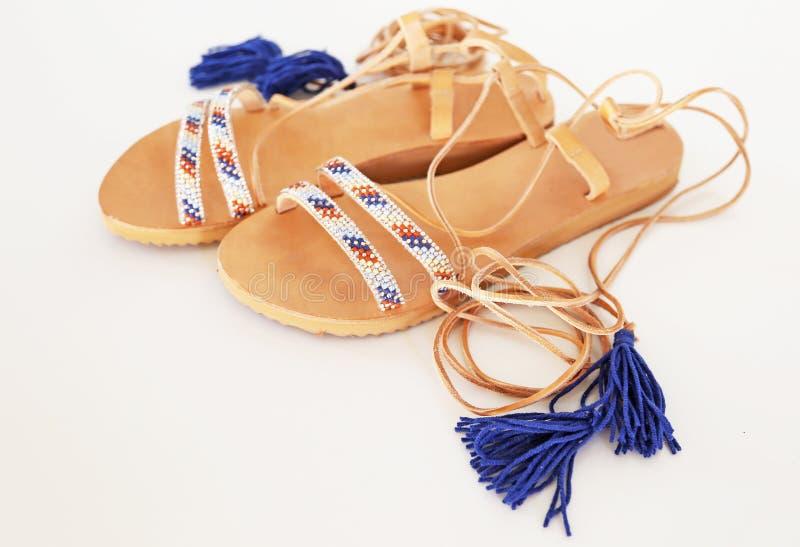 Sandali di cuoio greci della Boemia nei colori del turchese e del blu immagini stock