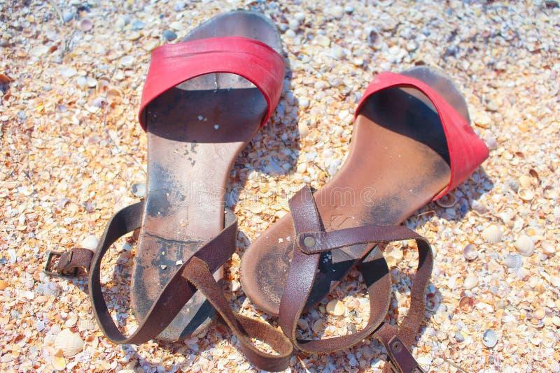Sandali nella sabbia sulla spiaggia fotografia stock libera da diritti