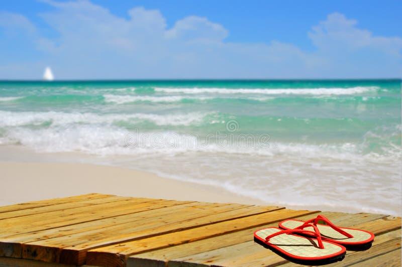 Sandali sul sentiero costiero alla spiaggia fotografia stock
