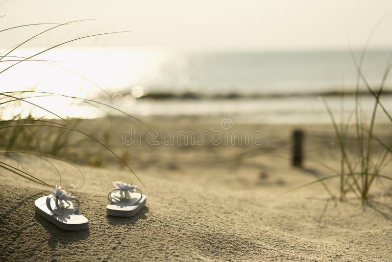 Sandali sulla spiaggia. fotografie stock libere da diritti