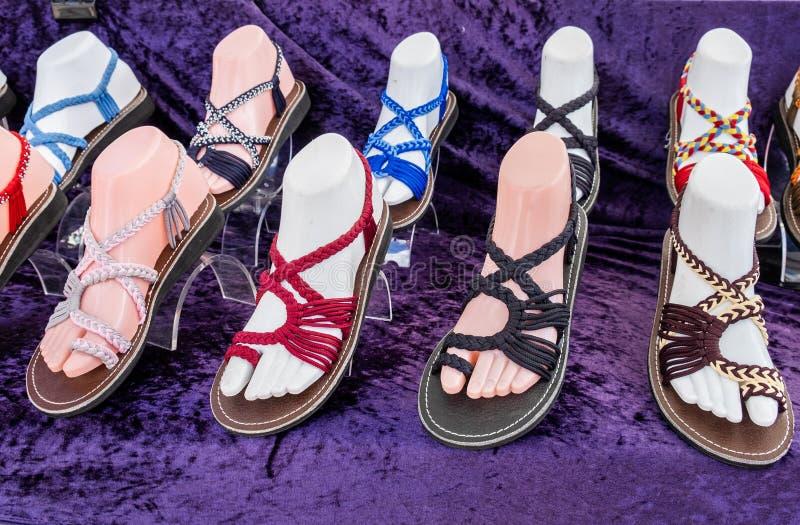 Sandali variopinti delle donne da vendere al negozio di scarpe immagine stock libera da diritti