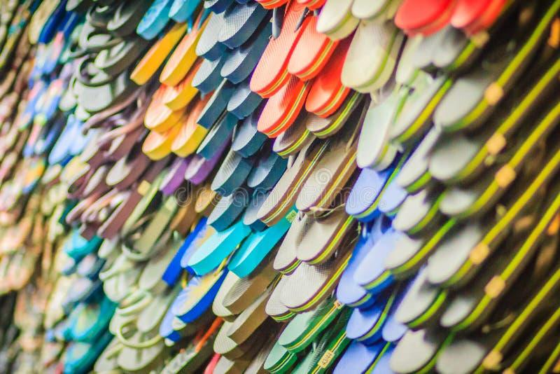 Sandali variopinti di Flip-flop in deposito al marke di notte della strada di Khao San fotografia stock libera da diritti