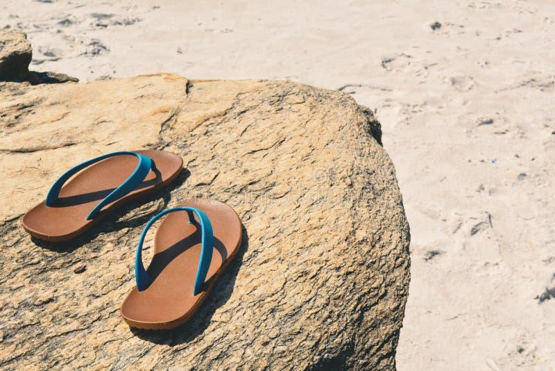 Sandalia azul en el fondo de piedra fotografía de archivo libre de regalías