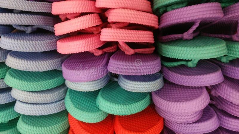 Sandalia colorida en la cesta foto de archivo libre de regalías