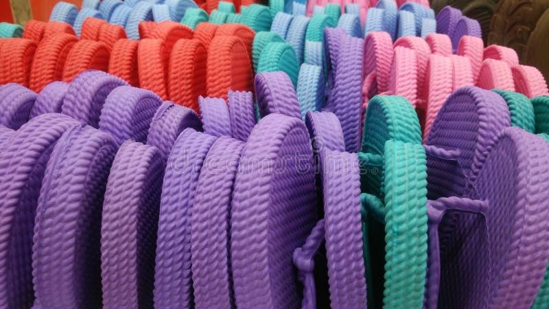 Sandalia colorida en la cesta fotografía de archivo libre de regalías
