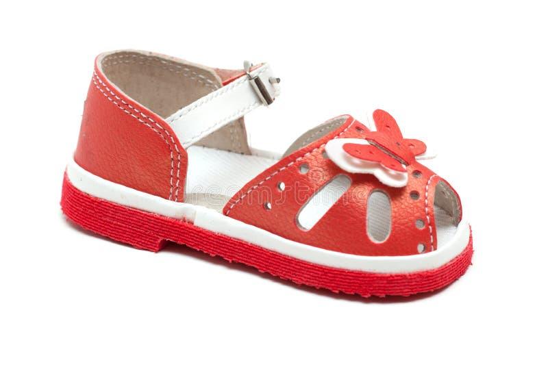 Sandalia de cuero roja del bebé imagenes de archivo