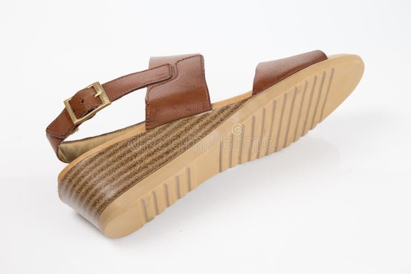 Sandalia elegante de cuero marr?n femenina imagenes de archivo