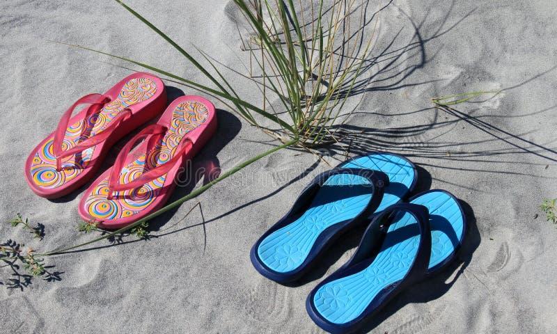 Sandalia en la playa imagen de archivo libre de regalías
