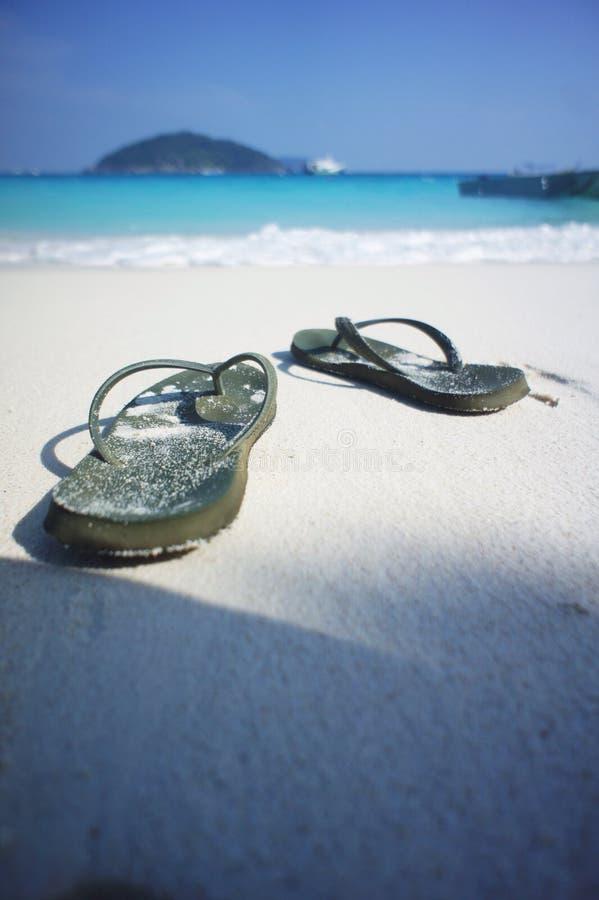 Sandalia en la playa fotos de archivo
