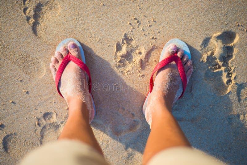 Sandalia roja y blanca en la playa fotos de archivo libres de regalías